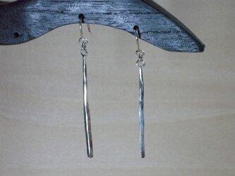 銀の槌目のついた少し長い棒の形をしたピアス 17の画像