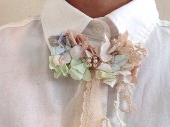シャツを可愛く見せるネックレスの画像
