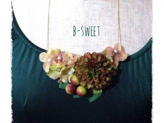 紫陽花とマムのネックレス(グリーン)の画像