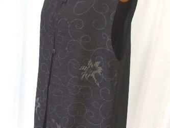 黒絽ゆりと唐草模様のロングベスト 絹の画像