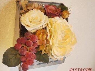 葡萄とバラのブリキアレンジの画像