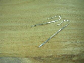 銀の槌目のついた少し長い棒の形をしたピアス 18の画像