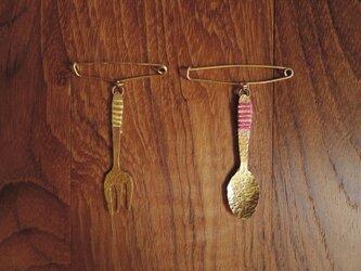 糸とフォークのショールピンの画像