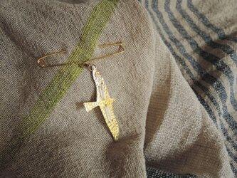 糸と鳥のショールピン(白)の画像