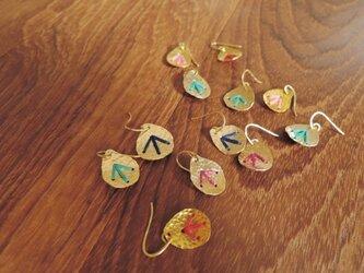 しずくの刺繍のピアス(牡丹色)の画像