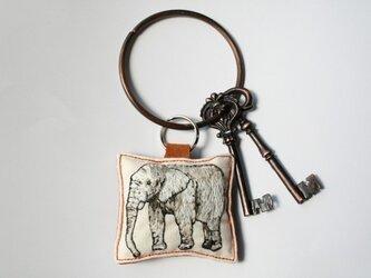手刺繍・象キーホルダーの画像