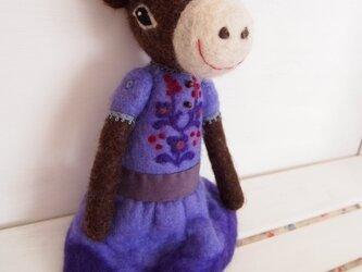 人形 ロバ女の子 紫のドレスの画像