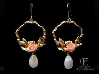 珊瑚の薔薇とボツワナアゲートのリースピアスの画像
