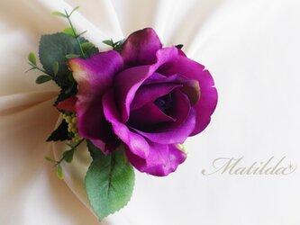 紫のバラと緑の実のコサージュの画像