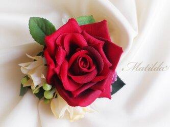赤いバラのコサージュの画像