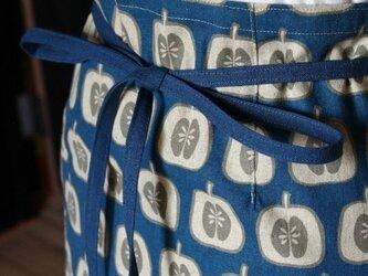 エプロンC リンゴ(ブルー)の画像
