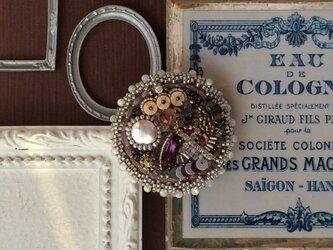 天然石のお花の咲くビーズ刺繍のブローチの画像