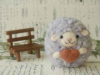羊毛フェルト:ハートを届けるひつじちゃんの画像
