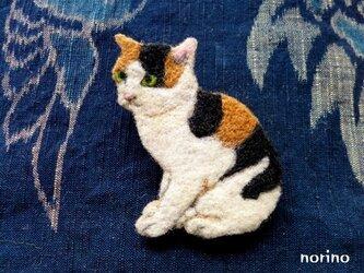 ■羊毛フェルト お座り三毛猫ブローチ■の画像