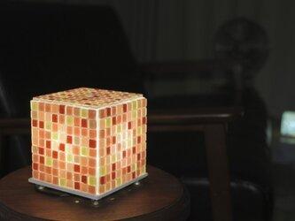 モザイクタイルのランプ いちご色(赤色-桃色-砂色)の画像