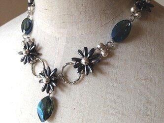 ブラックマーガレットのネックレスの画像