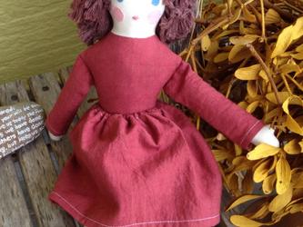 女の子 人形 ダークレッドの画像