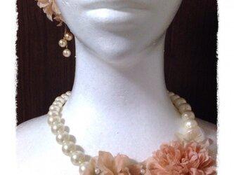 紫陽花とマムのネックレス(ピーチ)の画像