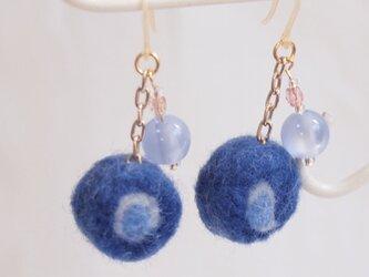 羊毛フェルトのピアス/ブルーの画像
