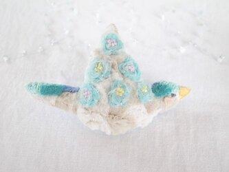 もこもこお花の小鳥のブローチ あお よこの画像
