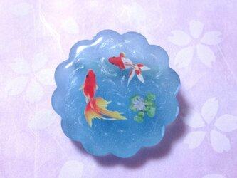 金魚と岩絵の具のブローチの画像