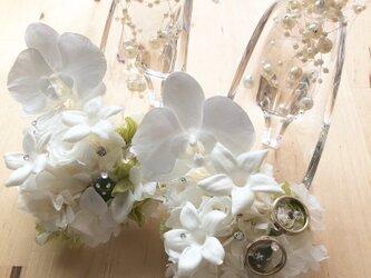 【プリザーブドフラワー/ガラスの靴リングピロー】白い胡蝶蘭が夢見る幸せと白い薔薇とジャスミンの祝福の画像