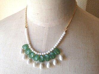 グリーン×ホワイトのネックレスの画像