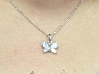 キュービックジルコニアのリボンネックレスの画像