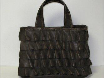 牛革手縫 チョコのフリルの付いたトートバッグの画像