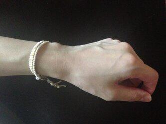 メタルビーズのブレスレット白の画像