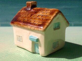 陶の家-茶色い屋根の民家(青いドア)の画像