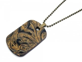 胸元ワイルドな革ドッグタグ・ネックレス カービングレザーの画像