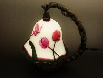 チューリップと蝶と子猫のランプの画像