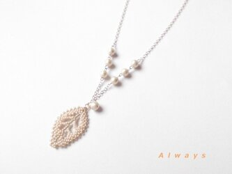 葉っぱとコットンパールのネックレスの画像