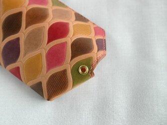 手染め手縫い革のコインケース うろこピンクの画像