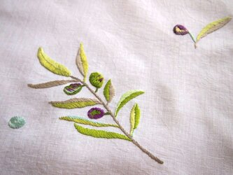 オリーブの刺繍のリネンクロスの画像