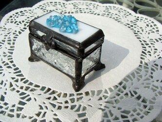 ガラスの小花ふた付きガラスの小箱 脚付の画像
