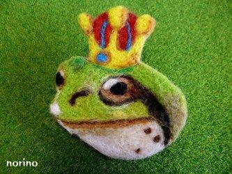 ■羊毛フェルト カエルの王様ブローチ■の画像