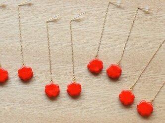 赤いお花の揺れるピアス(朱色)★イヤリングへの変更ができます。の画像