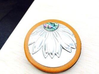 ツートンカラーの本革ブローチ(flower)の画像