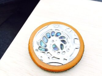 ツートンカラーの本革ブローチ(shell)の画像