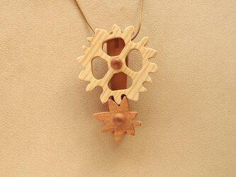 紅葉の歯車のネックレスの画像