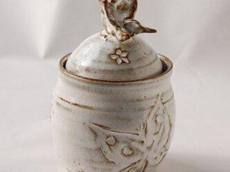 少しつや消しの白い釉薬のかかった蝶の模様の小物入れの画像