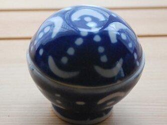 瑠璃色の釉薬のかかった月と丸模様の小物入れの画像