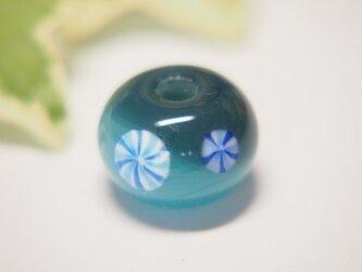 小花模様のとんぼ玉 青の画像