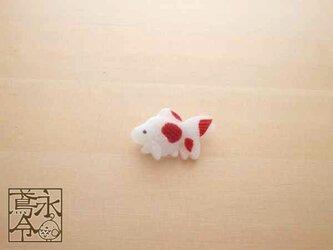 ブローチ 白色に濃い赤色の小さい金魚の画像