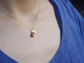 赤い木の雫と双葉のネックレスの画像