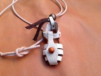 おっきめ白いサンダルのネックレスの画像