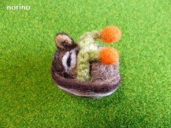 ■羊毛フェルト 丸まってネンネのシマリスちゃんブローチ■の画像