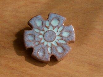 陶器のブローチ HANAの画像